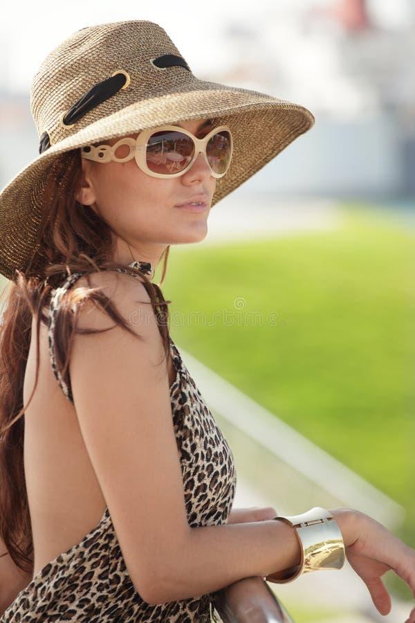 Mujer que se inclina en el pasamano fotografía de archivo libre de regalías