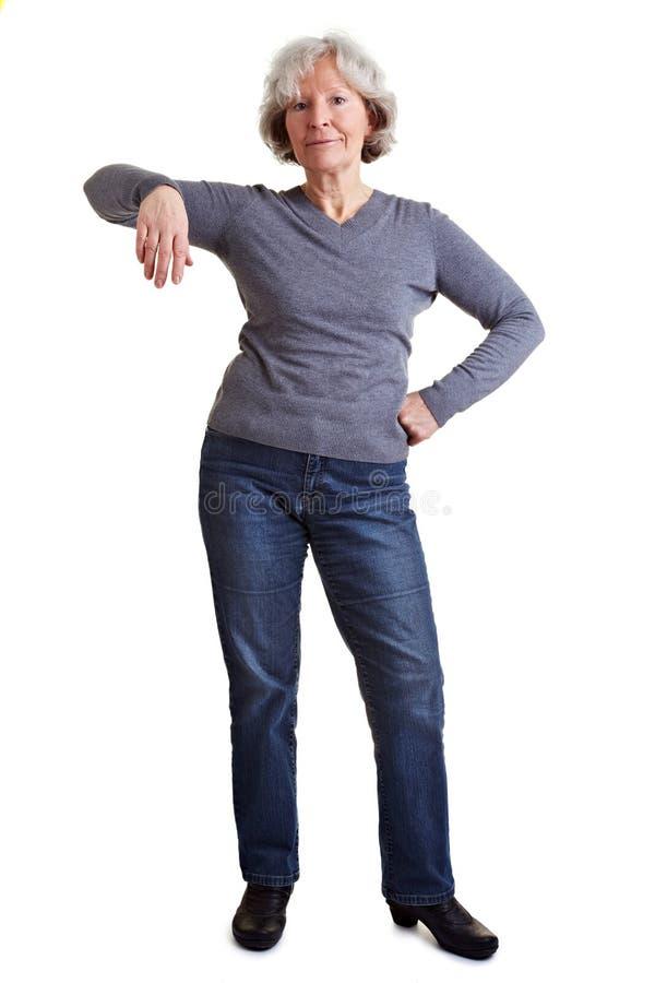Mujer que se inclina en objeto imaginario imagenes de archivo