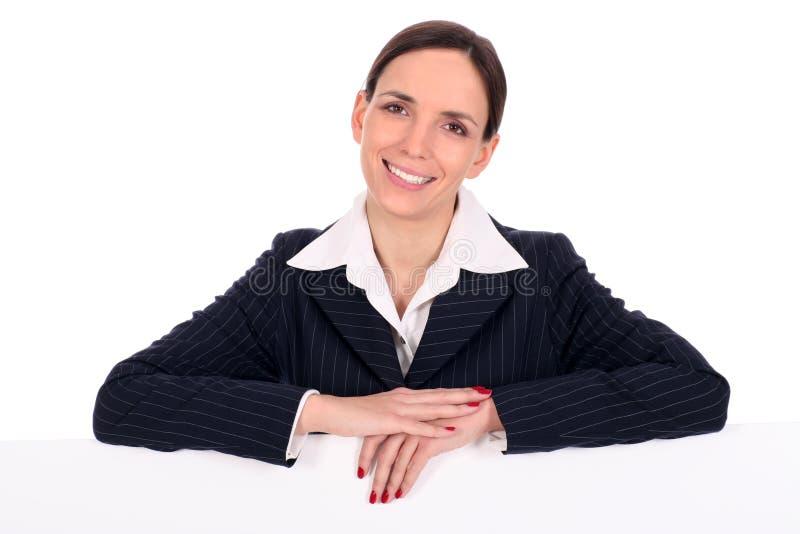 Mujer que se inclina en una cartelera foto de archivo