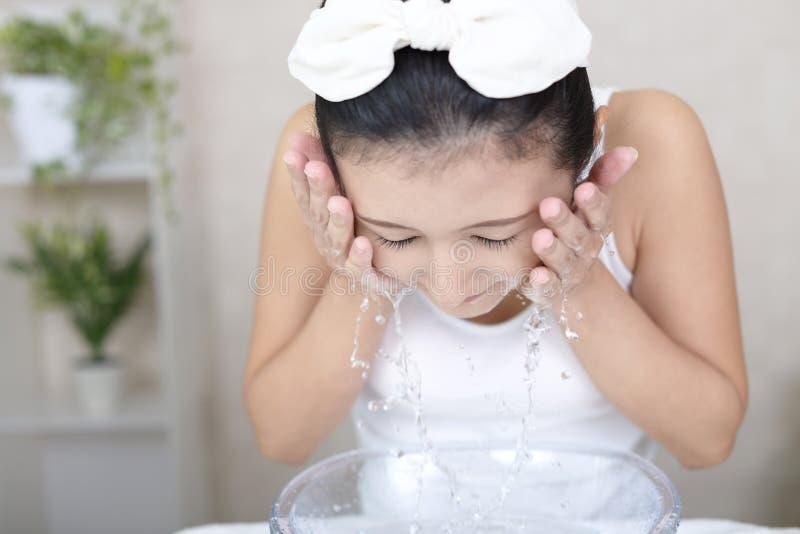 Mujer que se lava la cara imagen de archivo
