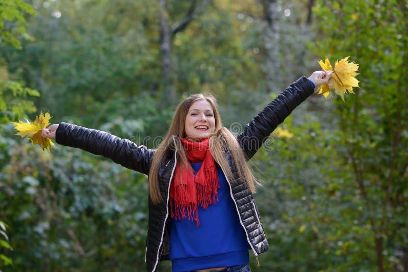 Mujer que se levanta y aumentos sus manos fotos de archivo