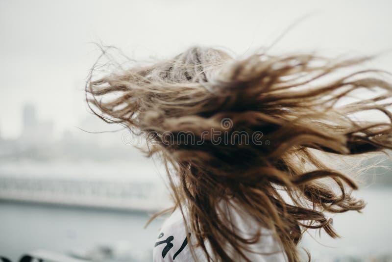 Mujer que se mueve el pelo largo foto de archivo libre de regalías