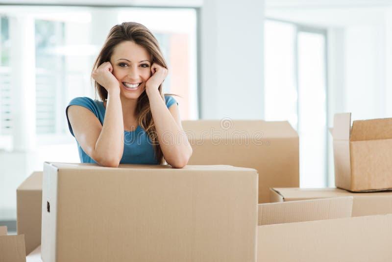 Mujer que se mueve en su nueva casa fotografía de archivo