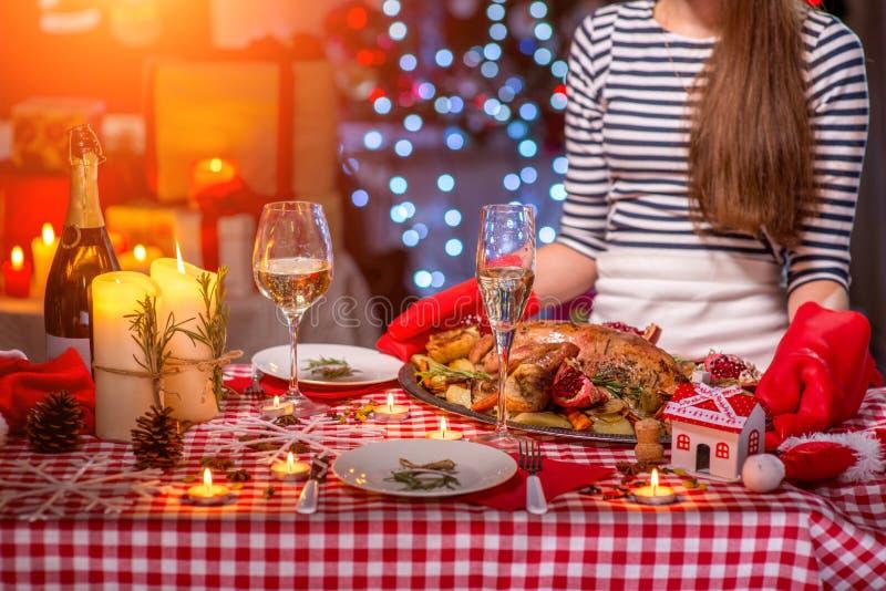 Mujer que se prepara para la cena de la Navidad imagenes de archivo