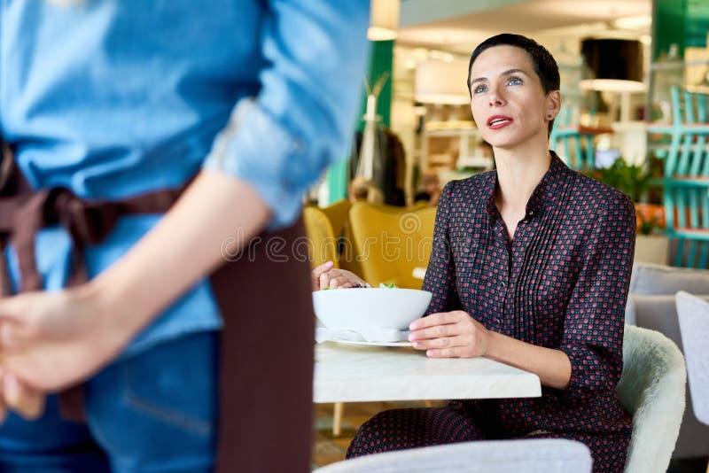 Mujer que se queja en café fotos de archivo libres de regalías