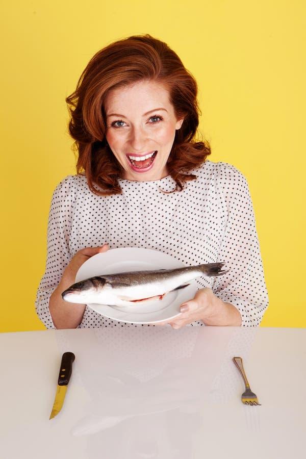Mujer que se ríe de pescados imagen de archivo libre de regalías