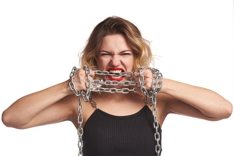 Mujer que se rasga lejos de la griterío de las cadenas foto de archivo libre de regalías