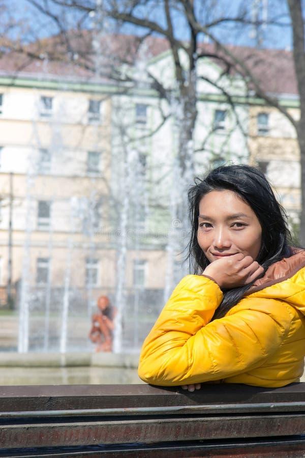 Mujer que se reclina en el parque imagenes de archivo