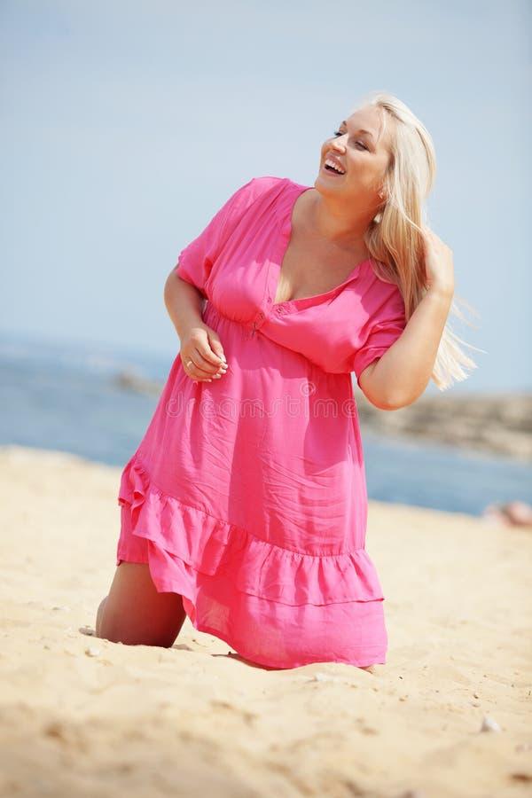 Mujer que se reclina en la playa foto de archivo libre de regalías