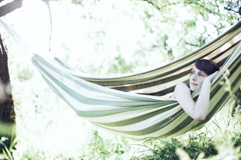 Mujer que se relaja foto de archivo