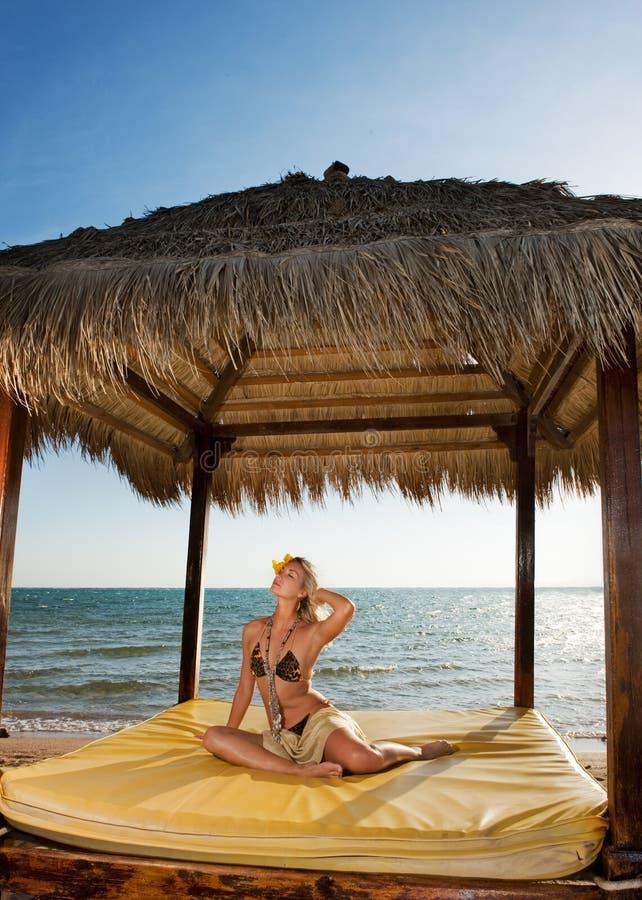 Mujer que se relaja cerca del mar imagenes de archivo