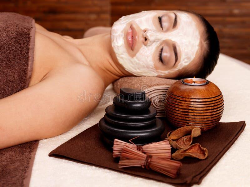 Mujer que se relaja con la máscara cosmética en cara fotos de archivo