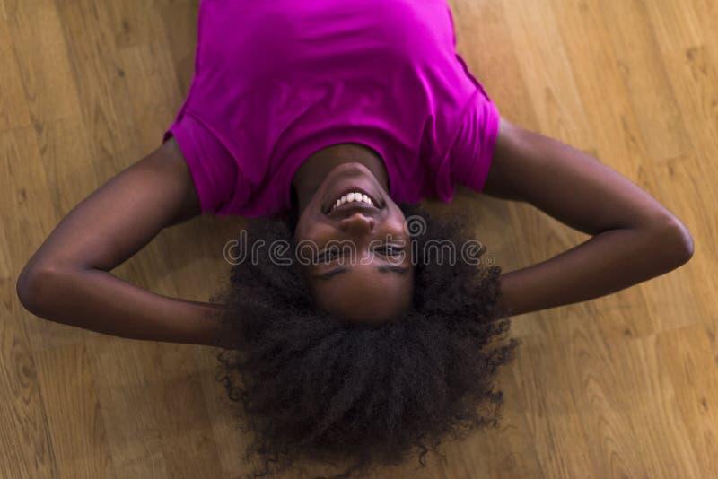 Mujer que se relaja después de entrenamiento de los pilates imagenes de archivo