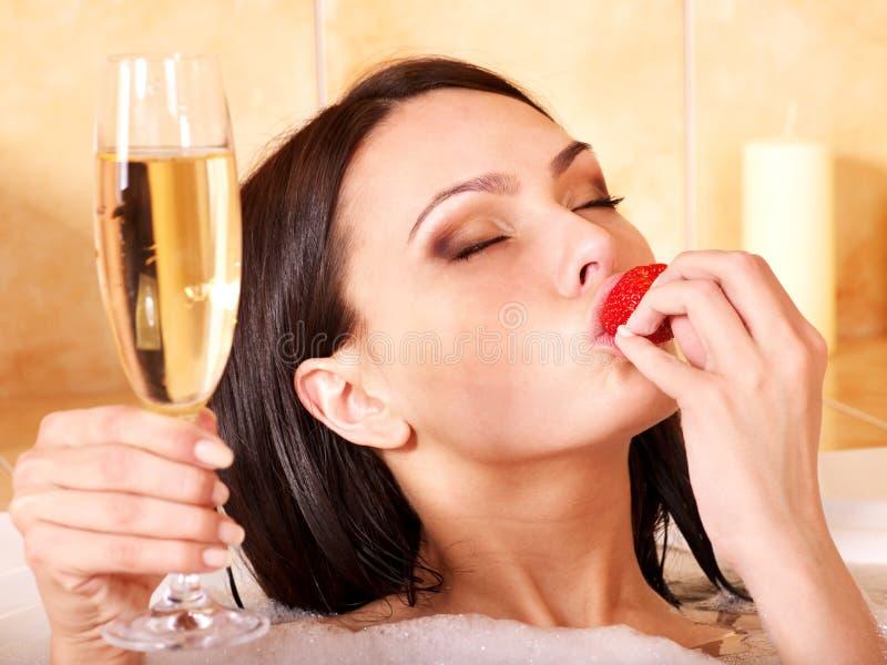 Mujer que se relaja en baño. imagenes de archivo