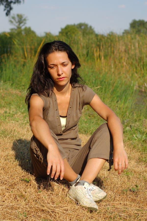 Mujer que se relaja en campo imagen de archivo libre de regalías