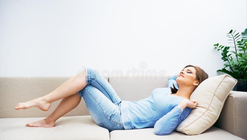Mujer que se relaja en casa imagenes de archivo