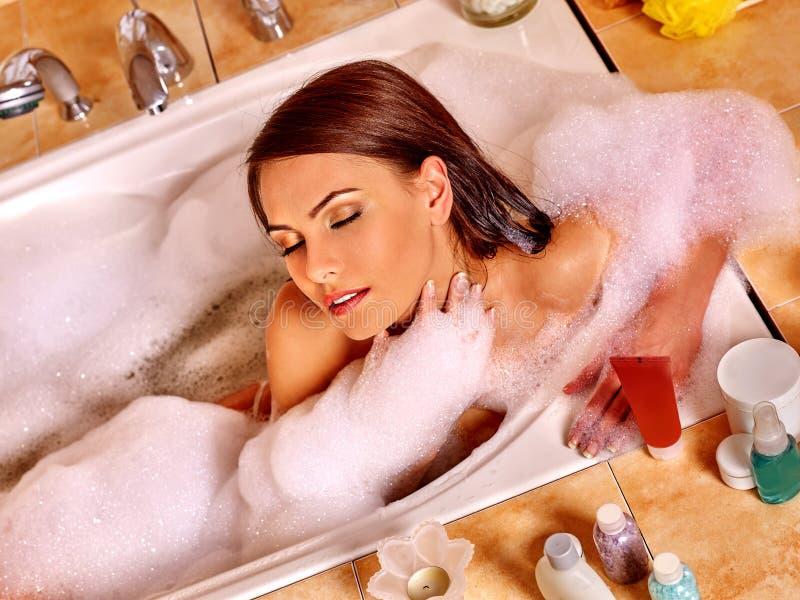 Mujer que se relaja en el baño de burbujas foto de archivo