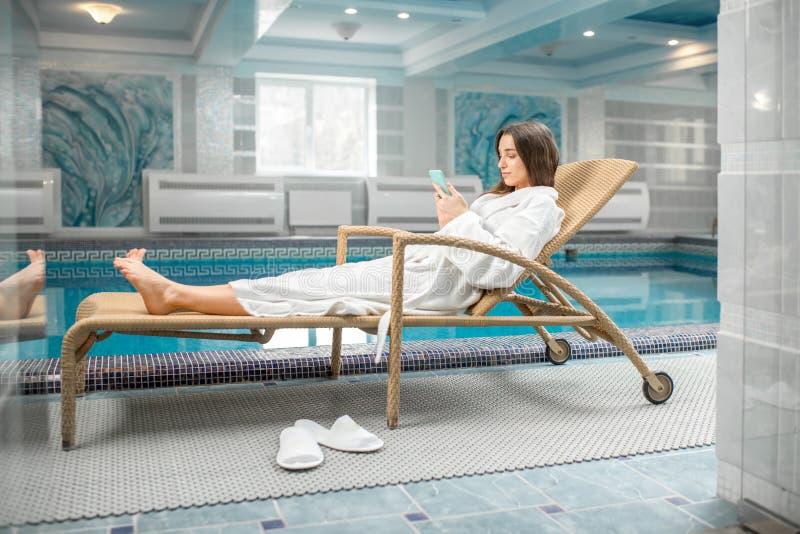 Mujer que se relaja en el balneario foto de archivo libre de regalías