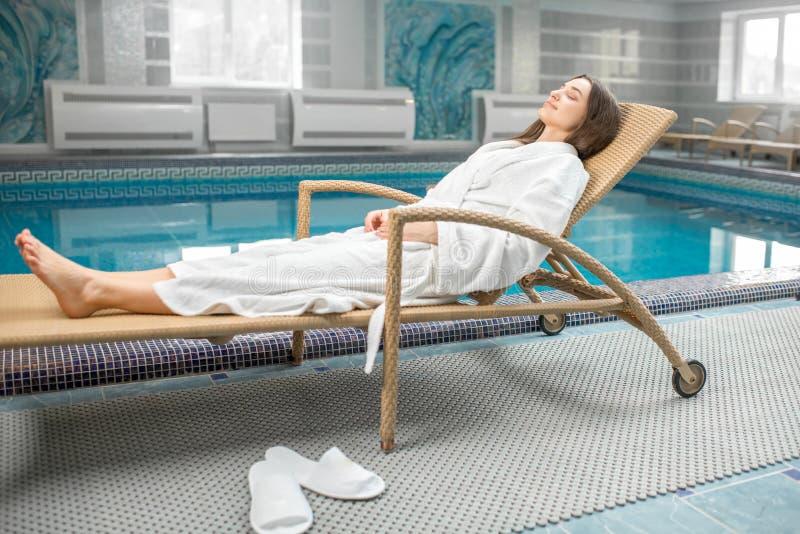 Mujer que se relaja en el balneario imagen de archivo libre de regalías