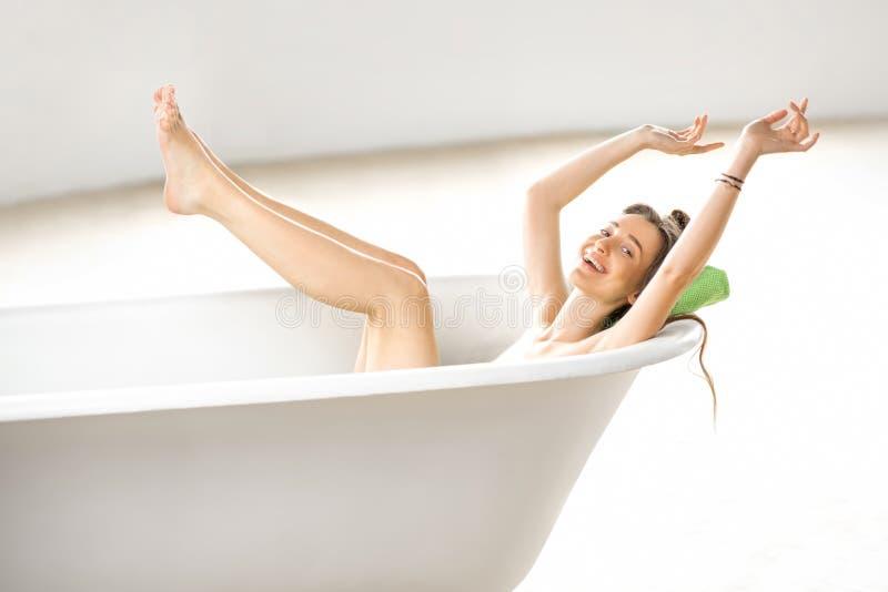 Mujer que se relaja en el bathtube fotografía de archivo libre de regalías