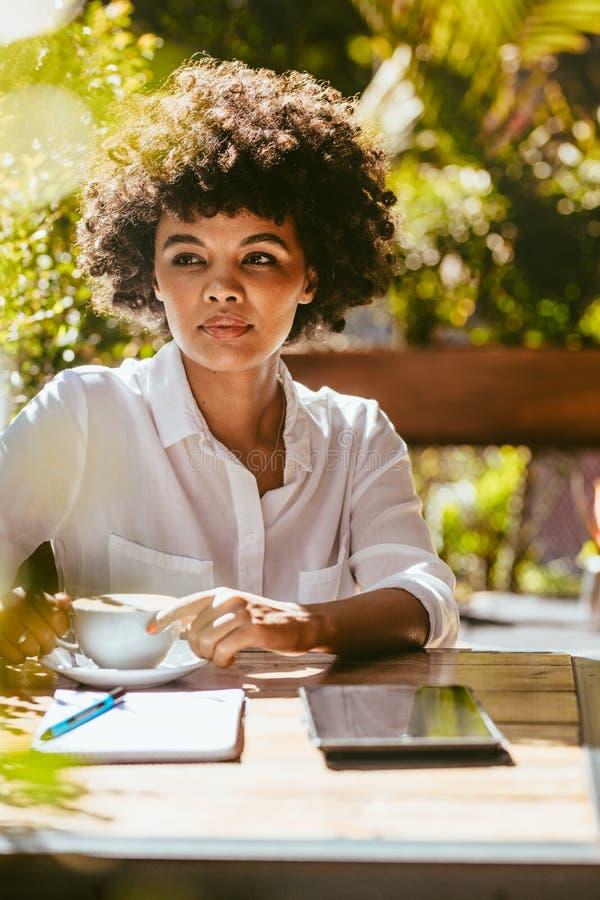 Mujer que se relaja en el caf? al aire libre foto de archivo libre de regalías