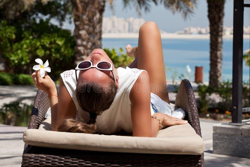 mujer que se relaja en el centro turístico de lujo imagen de archivo libre de regalías