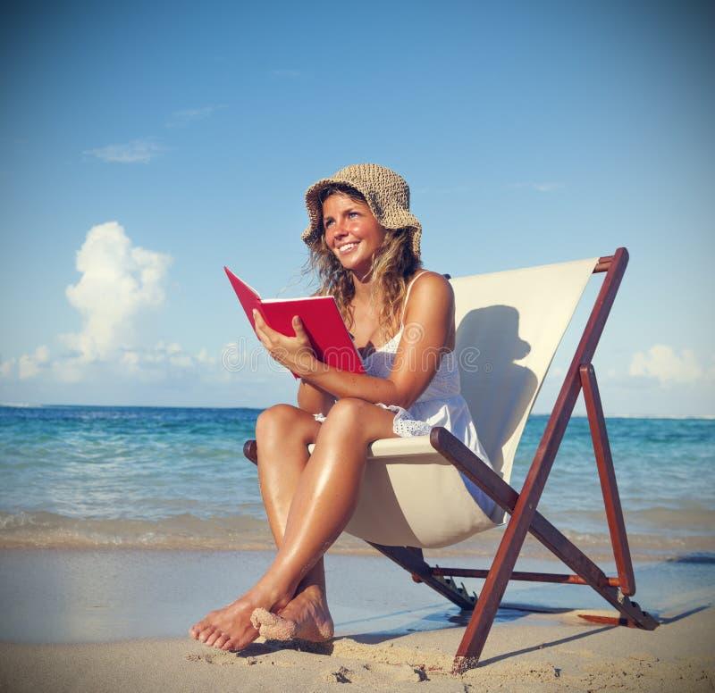 Mujer que se relaja en el concepto tropical tranquilo de la playa fotografía de archivo