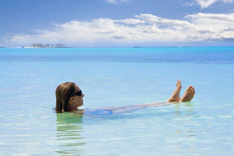 Mujer que se relaja en el océano fotos de archivo