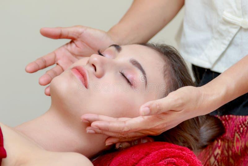 Mujer que se relaja en el tratamiento de la belleza, masaje facial imagen de archivo