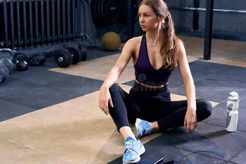 Mujer que se relaja en gimnasia fotos de archivo