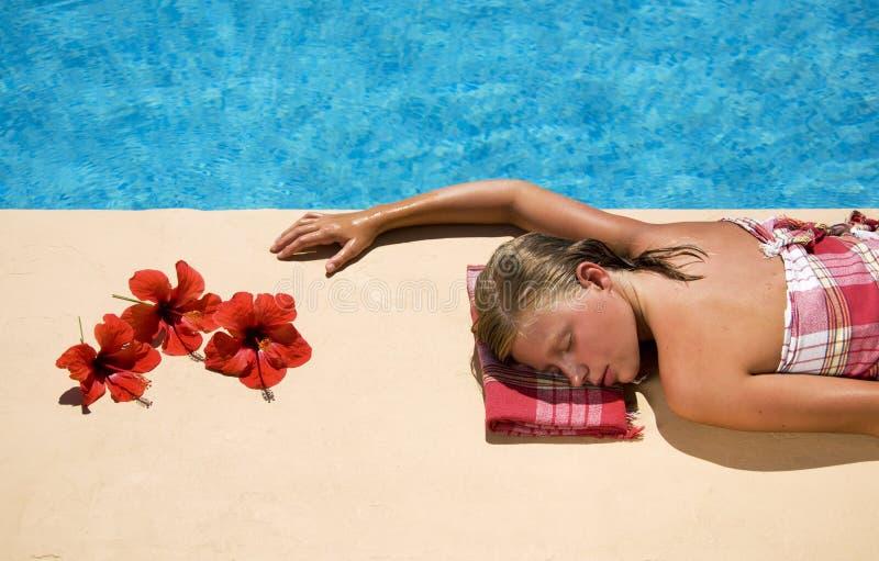 Mujer que se relaja en la cara de la piscina fotografía de archivo libre de regalías