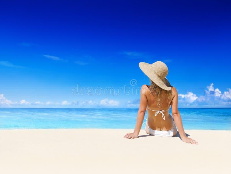 Mujer que se relaja en la playa fotos de archivo