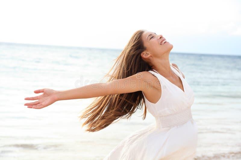 Mujer que se relaja en la playa que disfruta de la libertad del verano imagen de archivo