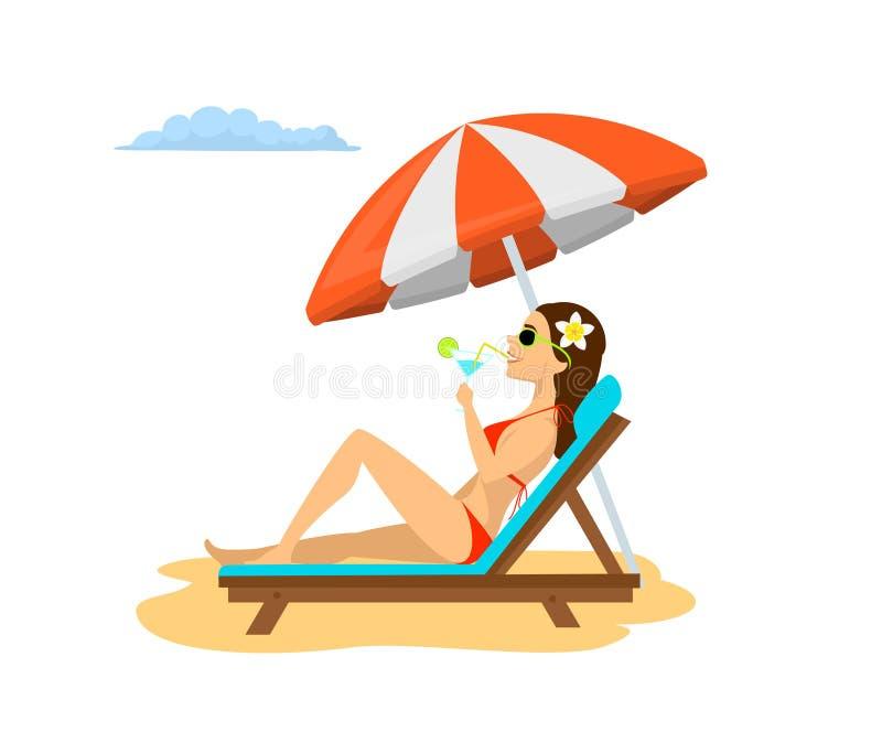 Mujer que se relaja en la silla del sol debajo del parasol de playa el vacaciones, tomando el sol, cóctel de consumición stock de ilustración