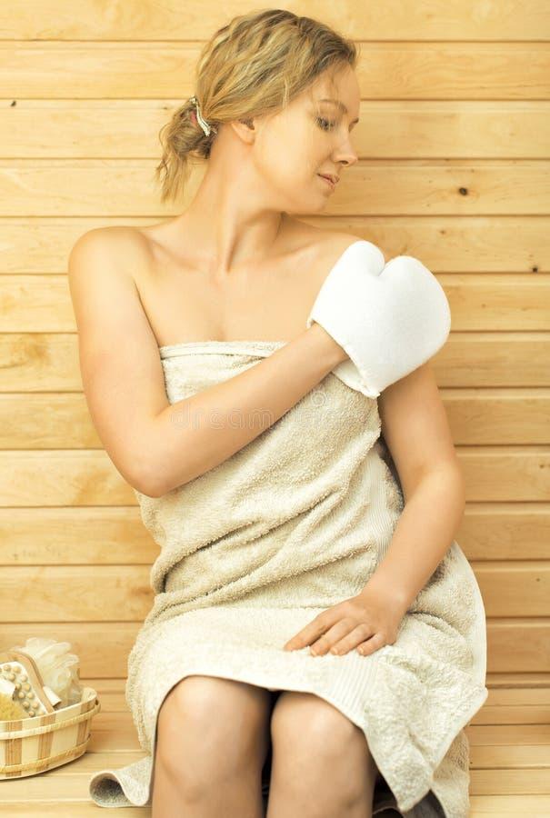 Mujer que se relaja en sauna fotografía de archivo libre de regalías