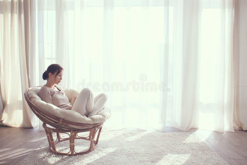 Mujer que se relaja en silla fotografía de archivo libre de regalías