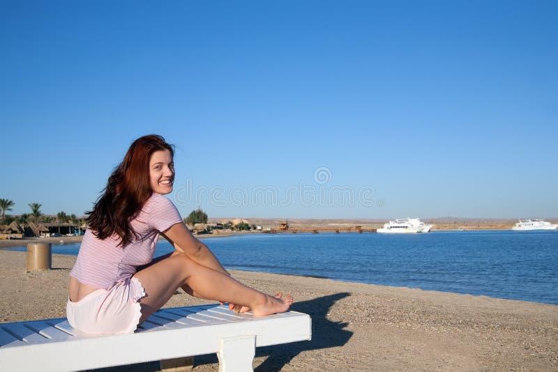 Mujer que se relaja en silla de cubierta imágenes de archivo libres de regalías