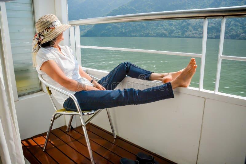 Mujer que se relaja en travesía del barco imagen de archivo