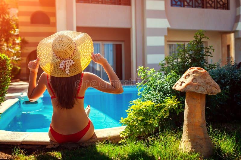 Mujer que se relaja por la piscina Vacaciones de verano Todo inclusivo foto de archivo libre de regalías