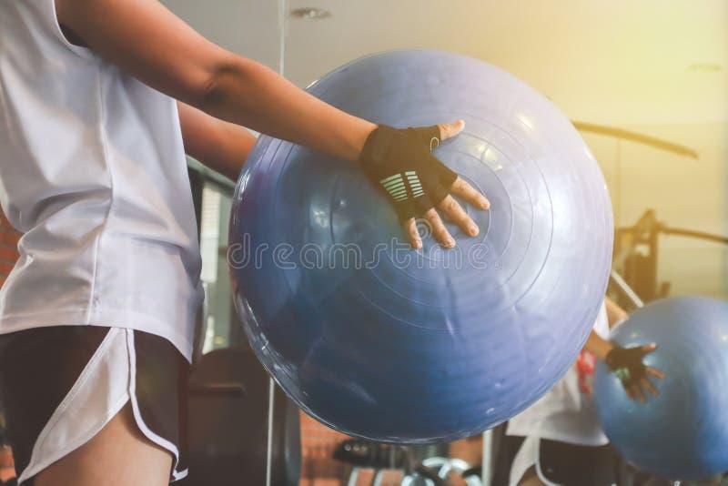 mujer que se resuelve con la bola gimnástica imágenes de archivo libres de regalías