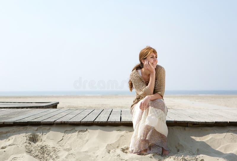 Mujer que se sienta al aire libre disfrutando de verano foto de archivo libre de regalías