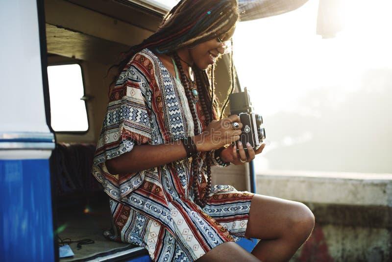 Mujer que se sienta con la cámara que toma el lanzamiento rápido fotografía de archivo libre de regalías