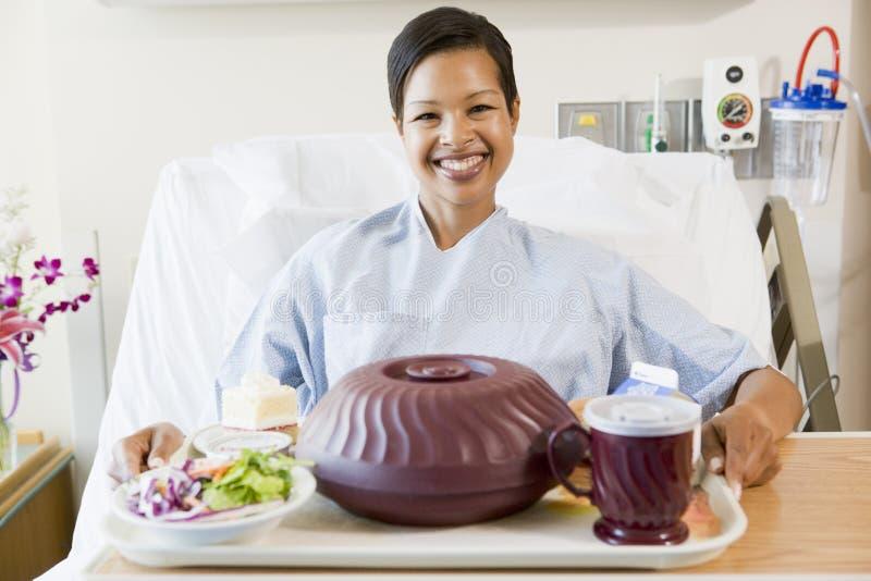 Mujer que se sienta en cama de hospital imágenes de archivo libres de regalías