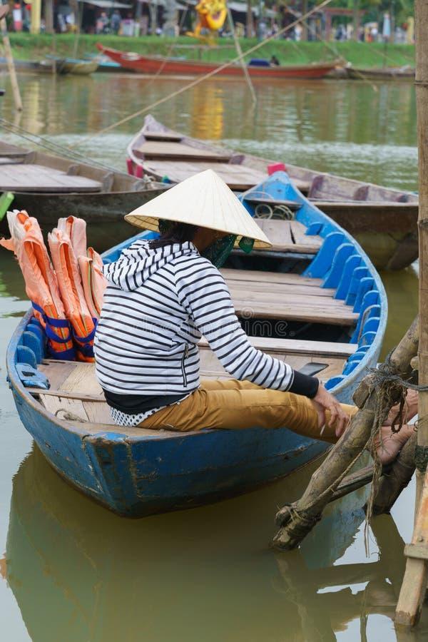 Mujer que se sienta en el barco, Hoi, Vietnam fotografía de archivo