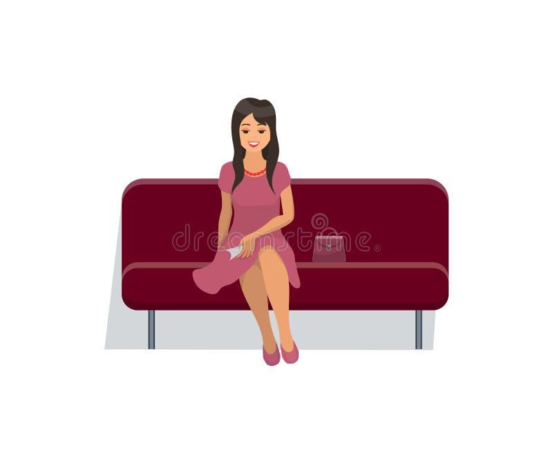 Mujer que se sienta en el sofá del terciopelo en vestido rosado apacible libre illustration