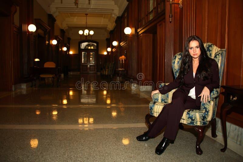 Mujer que se sienta en silla imágenes de archivo libres de regalías