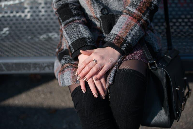 Mujer que se sienta en un banco fotografía de archivo