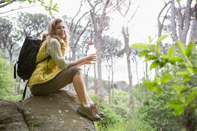 Mujer que se sienta en una piedra imágenes de archivo libres de regalías