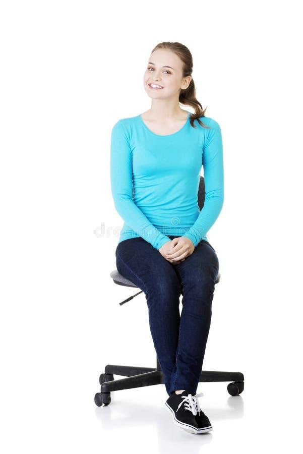 Mujer que se sienta en una silla de rueda. fotografía de archivo