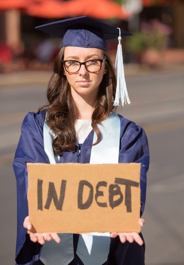 Mujer que se sostiene en muestra de la deuda foto de archivo libre de regalías